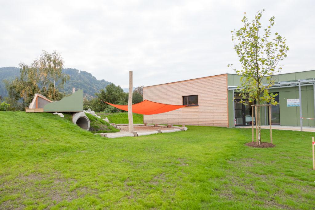 IMG_6375: Die moderne Kinderkrippe auf dem Hochfeld verfügt unter anderem über 1.000 m2 Freispielfläche.