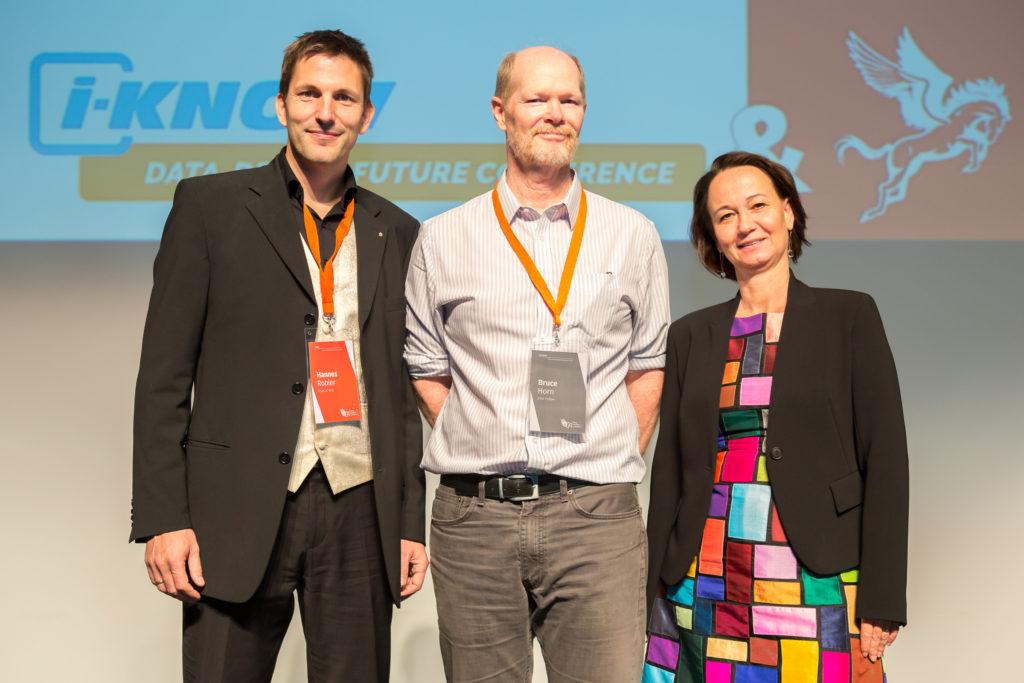 01: v.l. Hannes Robier (Organisator des World Usability Congress, der gleichzeitig mit der i-KNOW stattfindet), Eröffnungs-Keynoter Bruce Horn (Saffron Technology Group), Stefanie Lindstaedt (Leiterin des Know-Center)