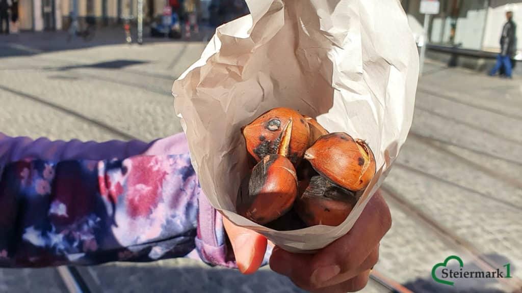 Heiße Maroni - Esskastanien sind im Herbst und Winter sehr beliebt